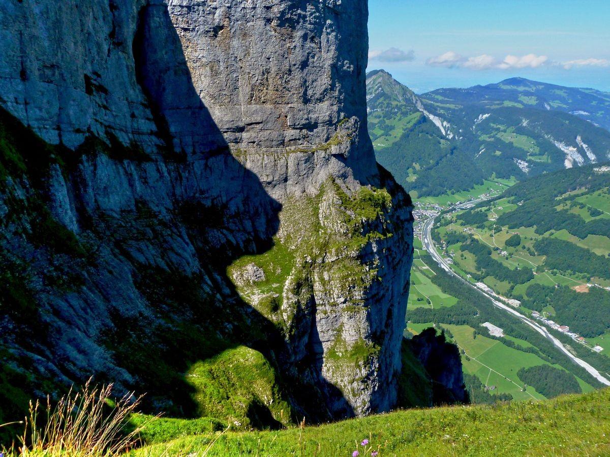 Der westliche Gipfelstock Hoher Stoß im Kanisfluhmassiv . Tiefblick auf das Tal der Bregenzerache.