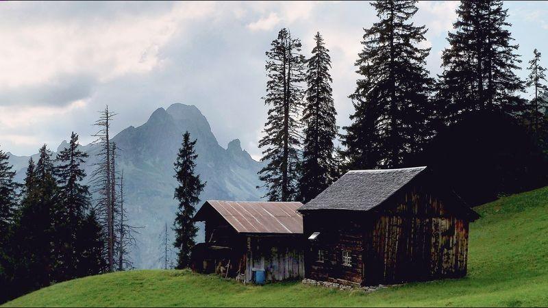 Die Hochkünzelspitze mit Hütten abseits des Wanderwegs