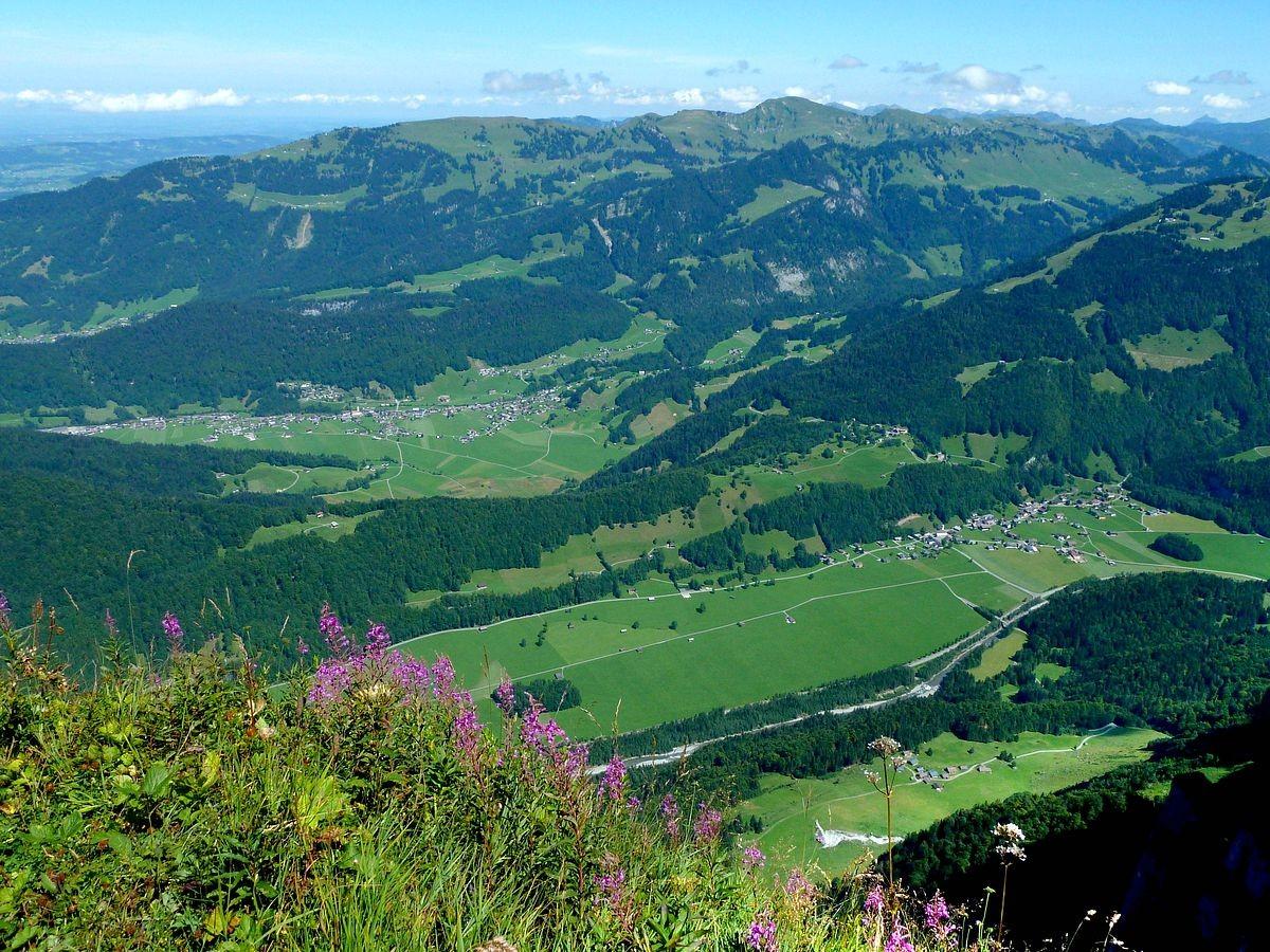 Winterstaude, Allg. Nagelfluhkette und Grünten sowie die Orte Bizau und Schnepfau von der Holenke