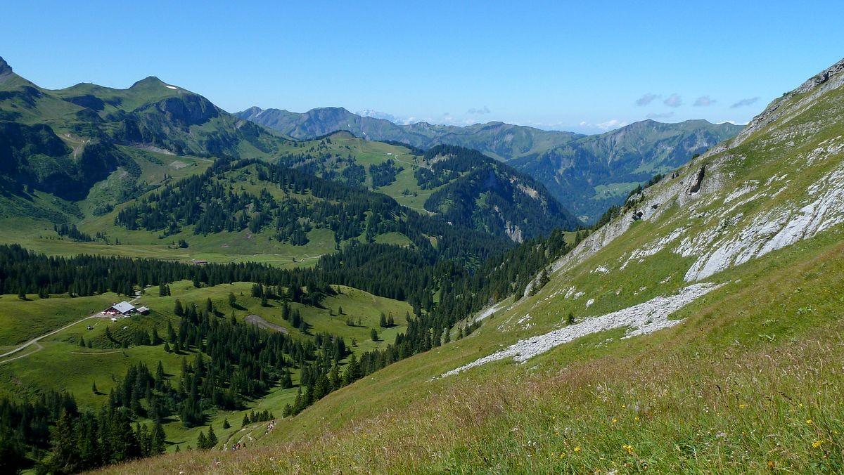 Aufstieg zum Hählesattel. Das Gebiet der Wurzachalpe und der Mörzelkamm im Hintergrund.