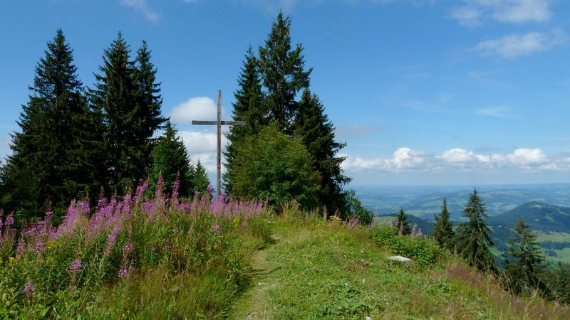 Das Gipfelkreuz am Hochälpelekopf in Richtung Westallgäuer Voralpenland