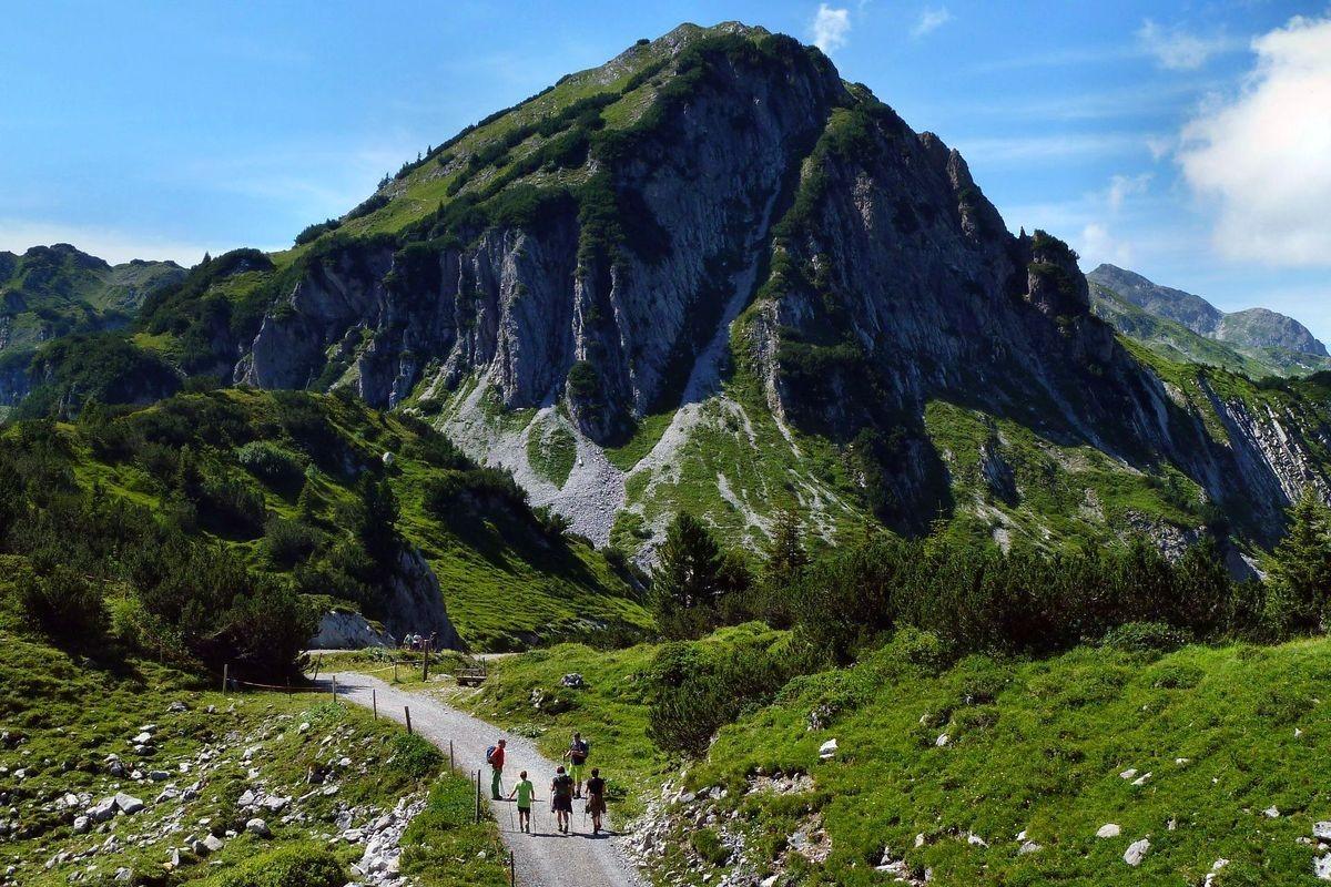 Weiterweg auf Güterweg von der Freiburger Hütte zur Formarinalpe