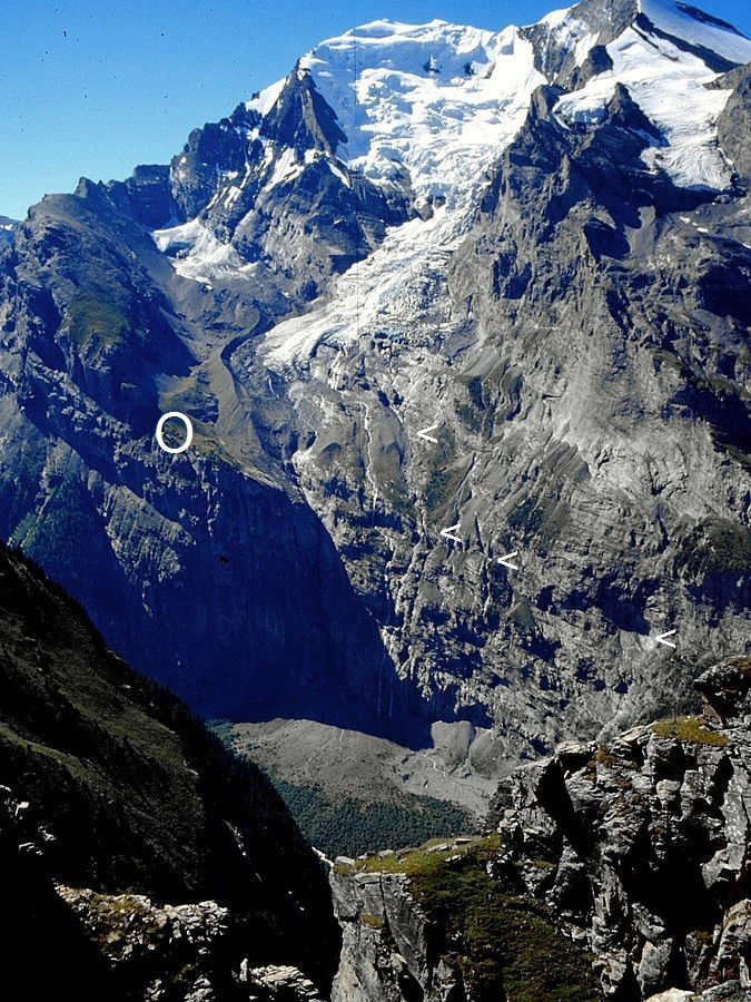 Foto von 1990, Standort Jegertosse am Fisistock: Lage der Balmhornhütte  O  und Anstiegsbereich durch den unteren steilen Felssockel