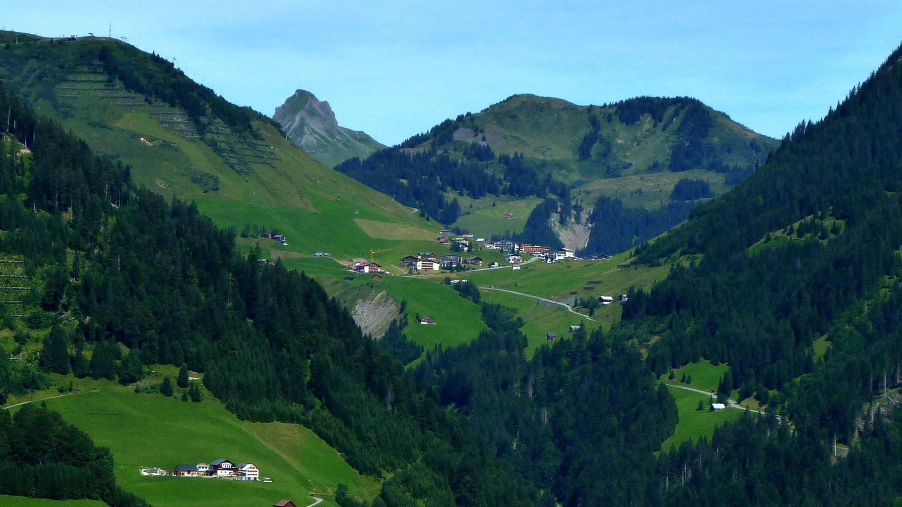 Damülser Mittagspitze über Faschina (Zoom-Aufnahme) von der Bergstation Stein