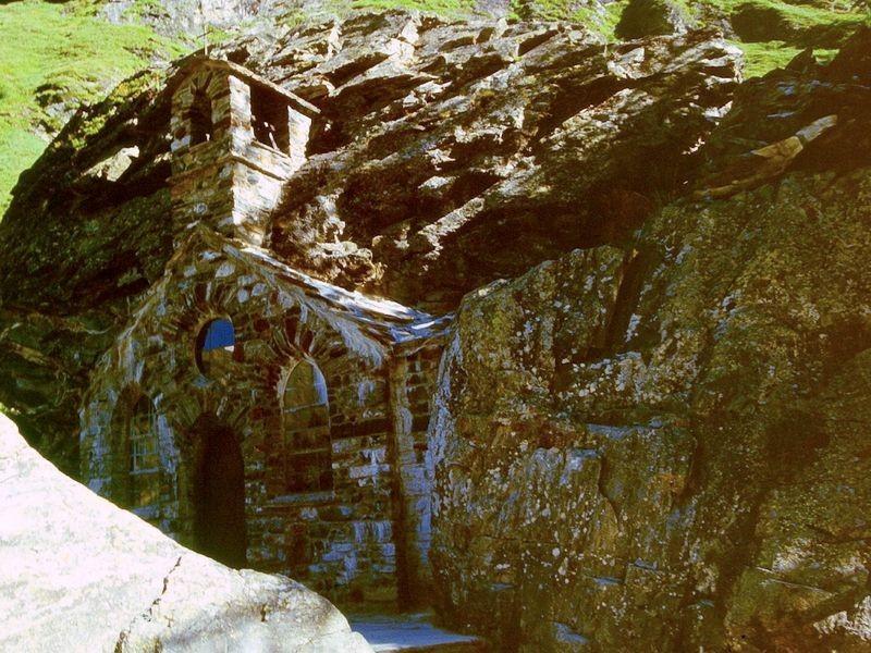 Die vor Lawinen geschützte Felsenkapelle am Wegesrand nach Innergschlöß