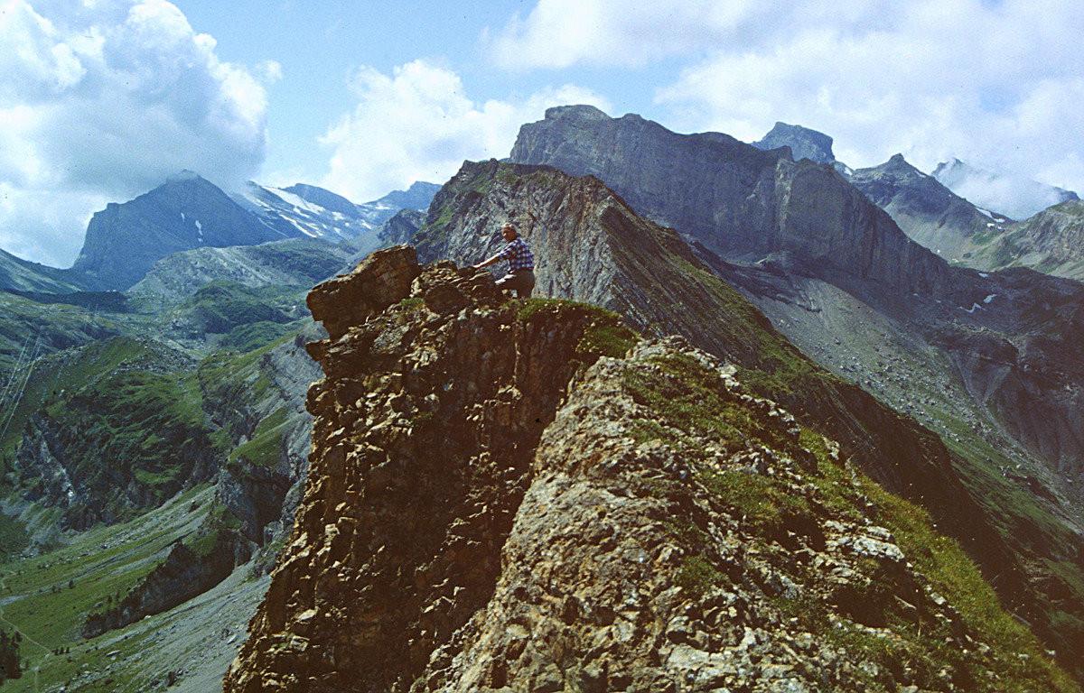 Am Üschinengrat. Steilabfall nach Osten zur Spittelmatte. Hinten links Einsattelung des Gemmipasses.