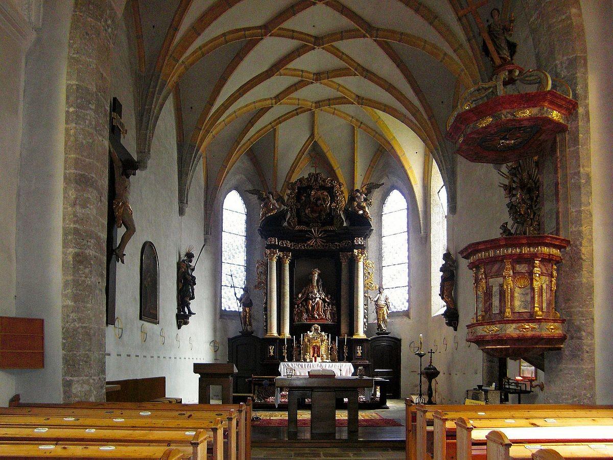Im Inneren der Wallfahrtskirche Frauenstein. Blick zum Hauptaltar mit der Schutzmantelmadonna.