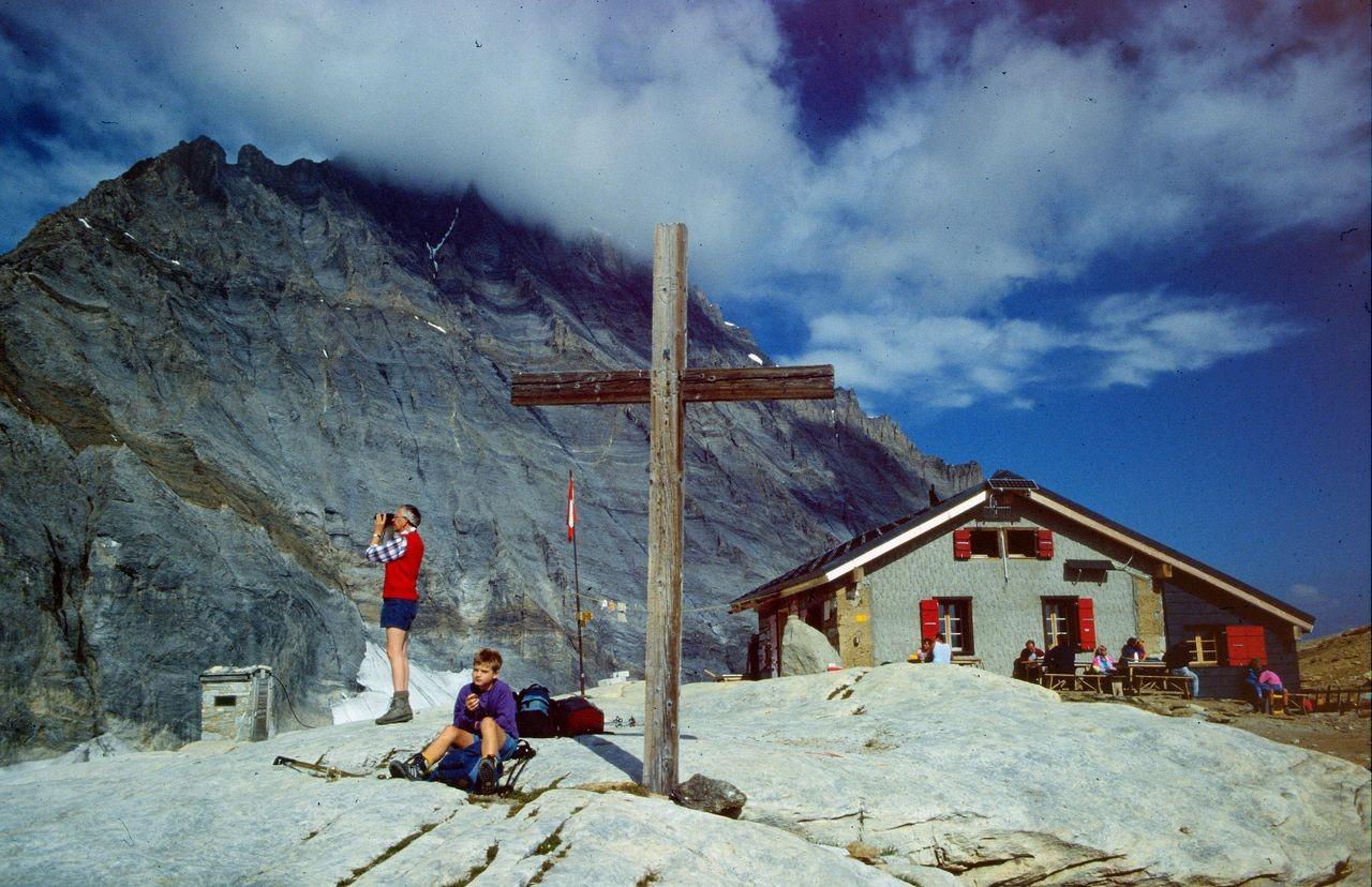 Rast beim Kreuz vor der Lötschenpasshütte