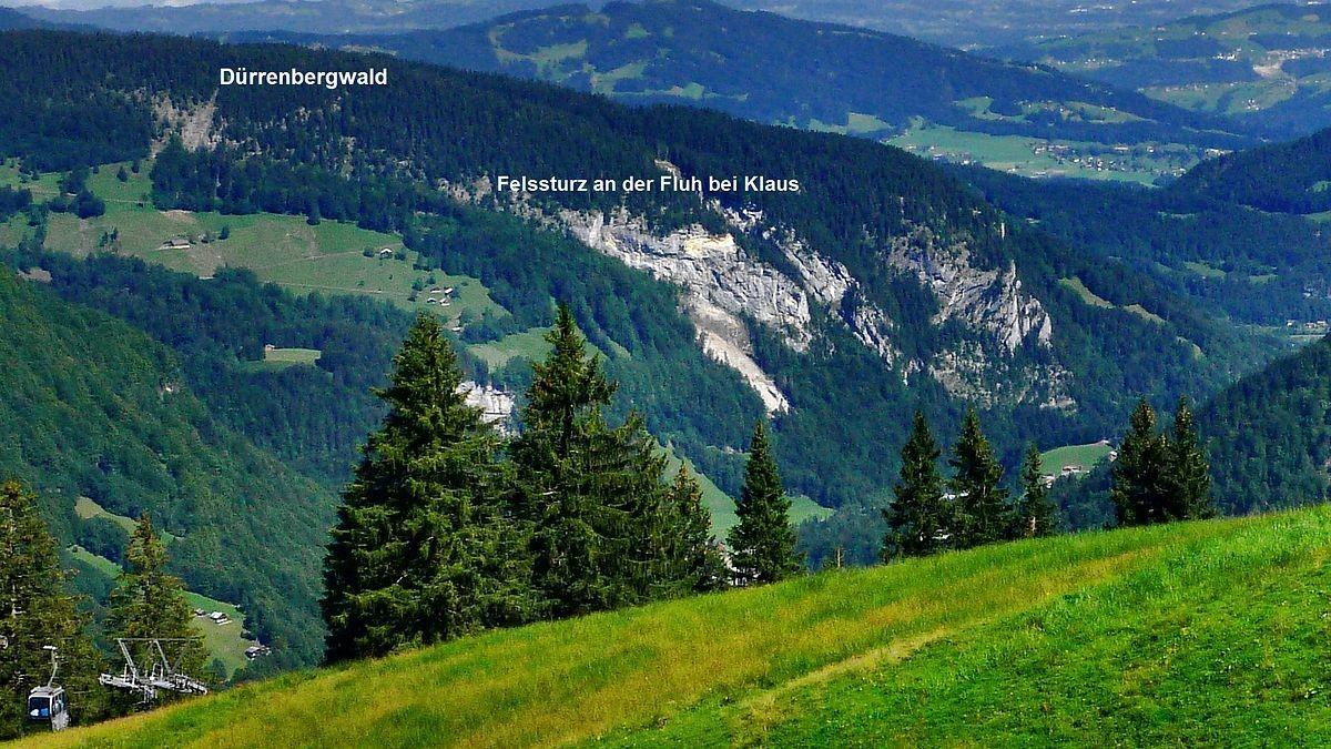 Von der Bergstation Roßstelle der Mellauer Seilbahn ist das Gebiet des Felssturzes am Dürrenberg bei Klaus gut erkennbar. Der Güterweg zu den Alpen ist für Wanderer und Radler gesperrt.