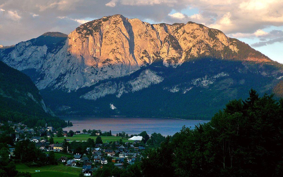 Trisselwand über dem Altausseersee im Alpenglühn