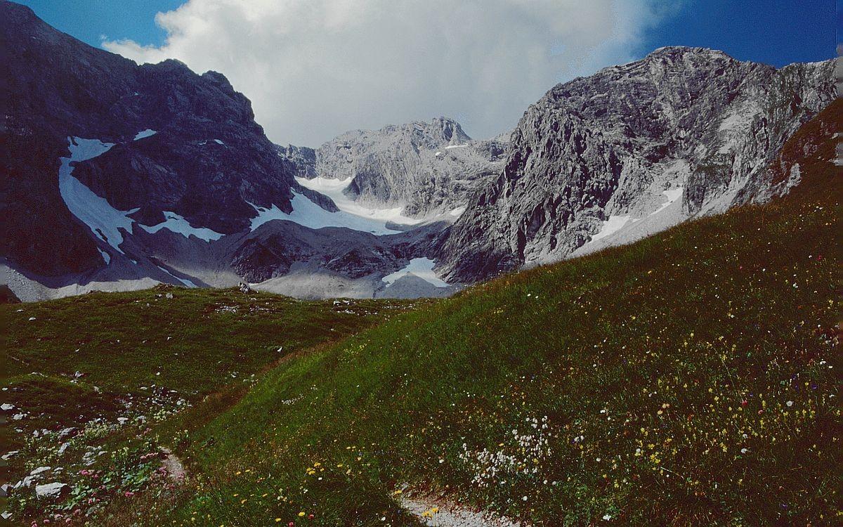 Braunarlspitze mit eingelagertem Gletscher in der Ostflanke