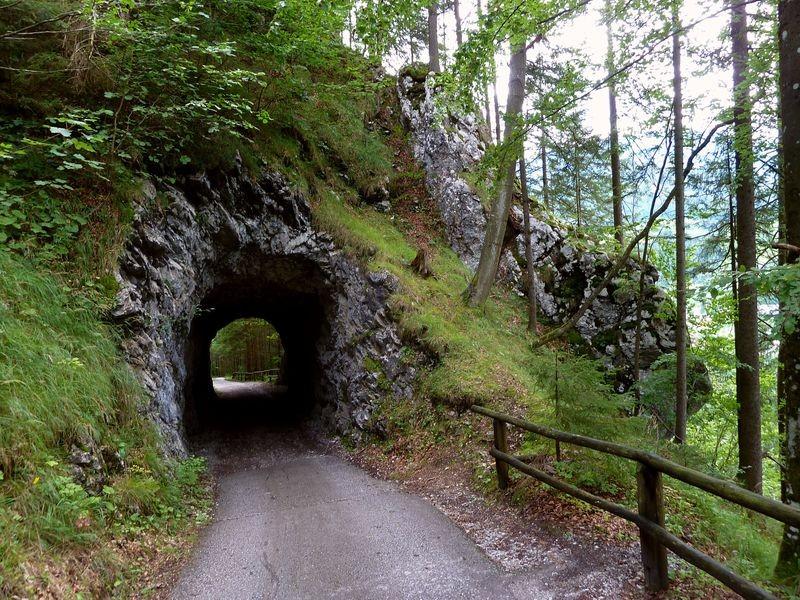 Kleiner Tunnel auf dem Weg zur Ruine