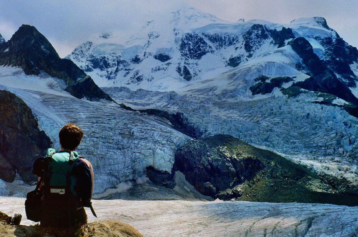 Großartige Sicht auf die Nordostwand des Piz Roseg über dem zerrissenen Tschiervagletscher