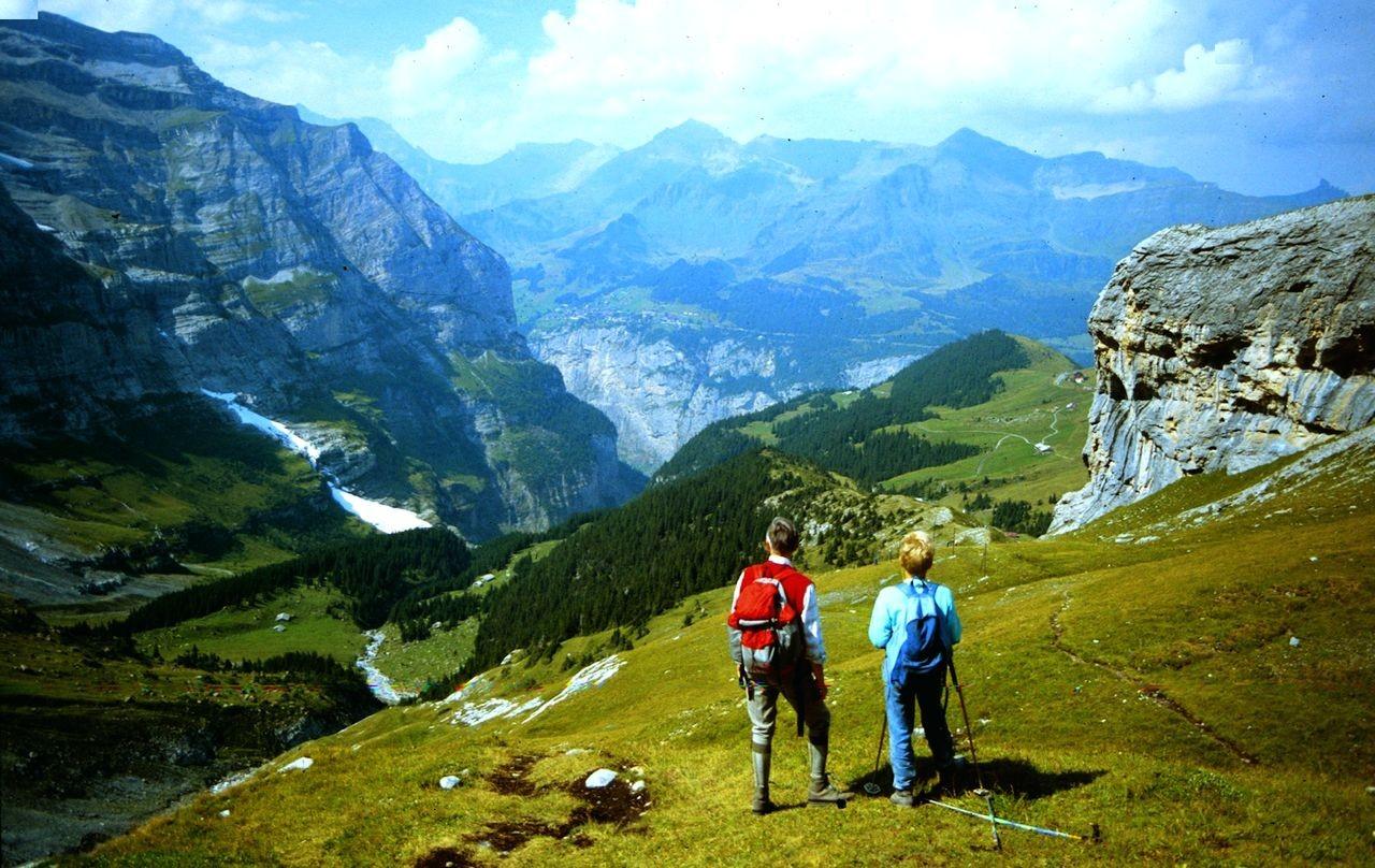 Blick vom Wanderweg auf Biglenalp, Alp Mettla und auf den Ort Mürren oberhalb der hellen Felswand. Auch im Sommer können Eis- und Schneelawinen vom Silberhorn bis in den Graben herunterkommen.