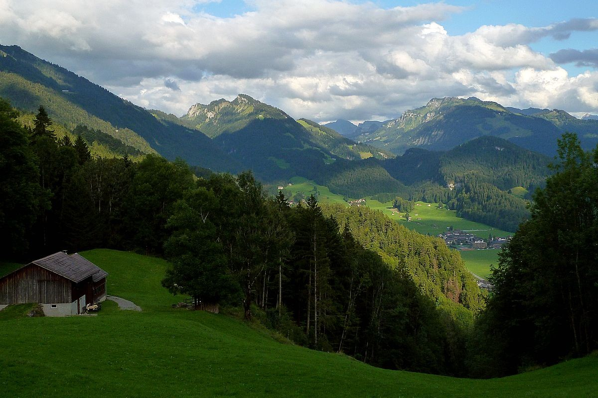 Weiterer Aufstieg vom Heugut Vorsäß in Richtung Klausberg. Im Hintergrund Bezau und Hirschberg.