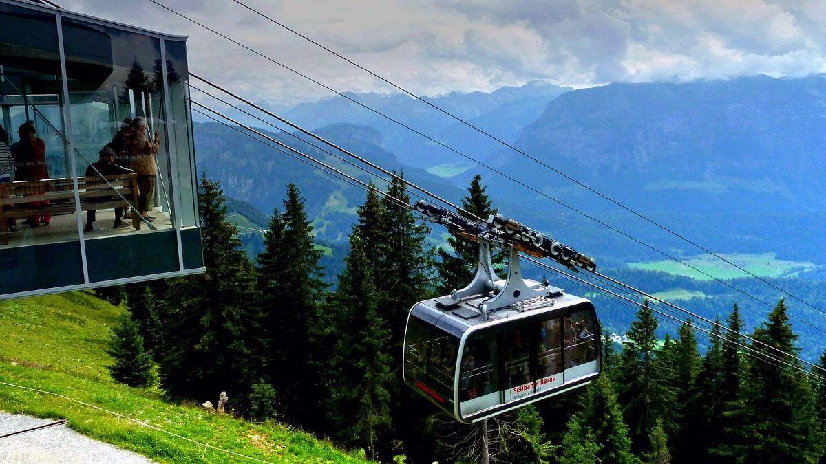 Die Großkabinenbahn der Seilbahn Bezau, die auf zwei Tragseilen aufgehängt ist.