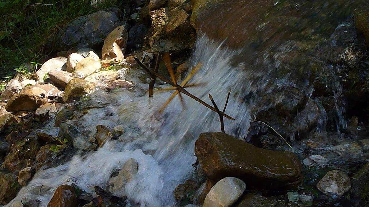 Einfaches Wasserrad im Seitenbach am Ende deR Nothklamm