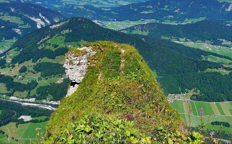 Die Fels- und Graskanzel im Hählesattel der Holenke.