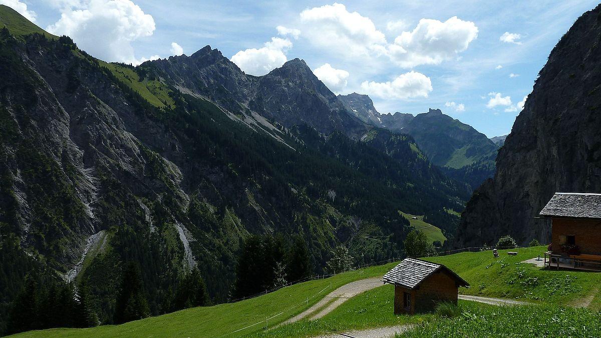 Das Tal des Hutlabachs mit der Roten Wand aus dem Gebiet Küngswald