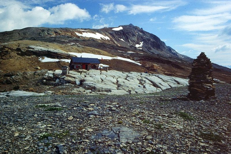 """Die """"alte""""  Lötschenpasshütte mit dem Rücken zum Hockenhorn."""