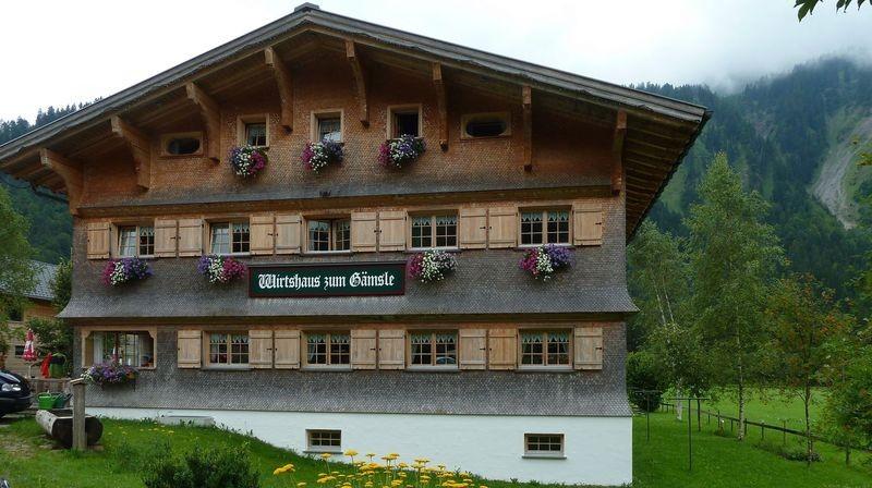 """Das """"Wirtshaus zum Gämsle"""" in Schoppernau, das von einer Ururur...enkelin des Bauern, Schriftstellers und Sozialreformes F. M. Felder aus Schoppernau geführt wird."""