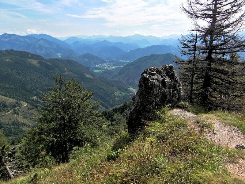 Aussicht von der Bodenwies: Zufahrtsweg zur Schüttbauer Alm, Altenmarkt und Hochkar