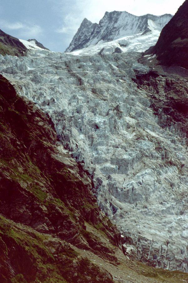 Das 4274 m hohe Finsteraarhorn (links)