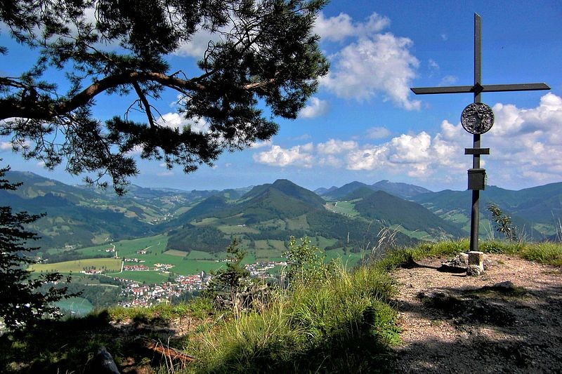 Auf der Aussichtskanzel beim Gipfelkreuz des Hieselbergs