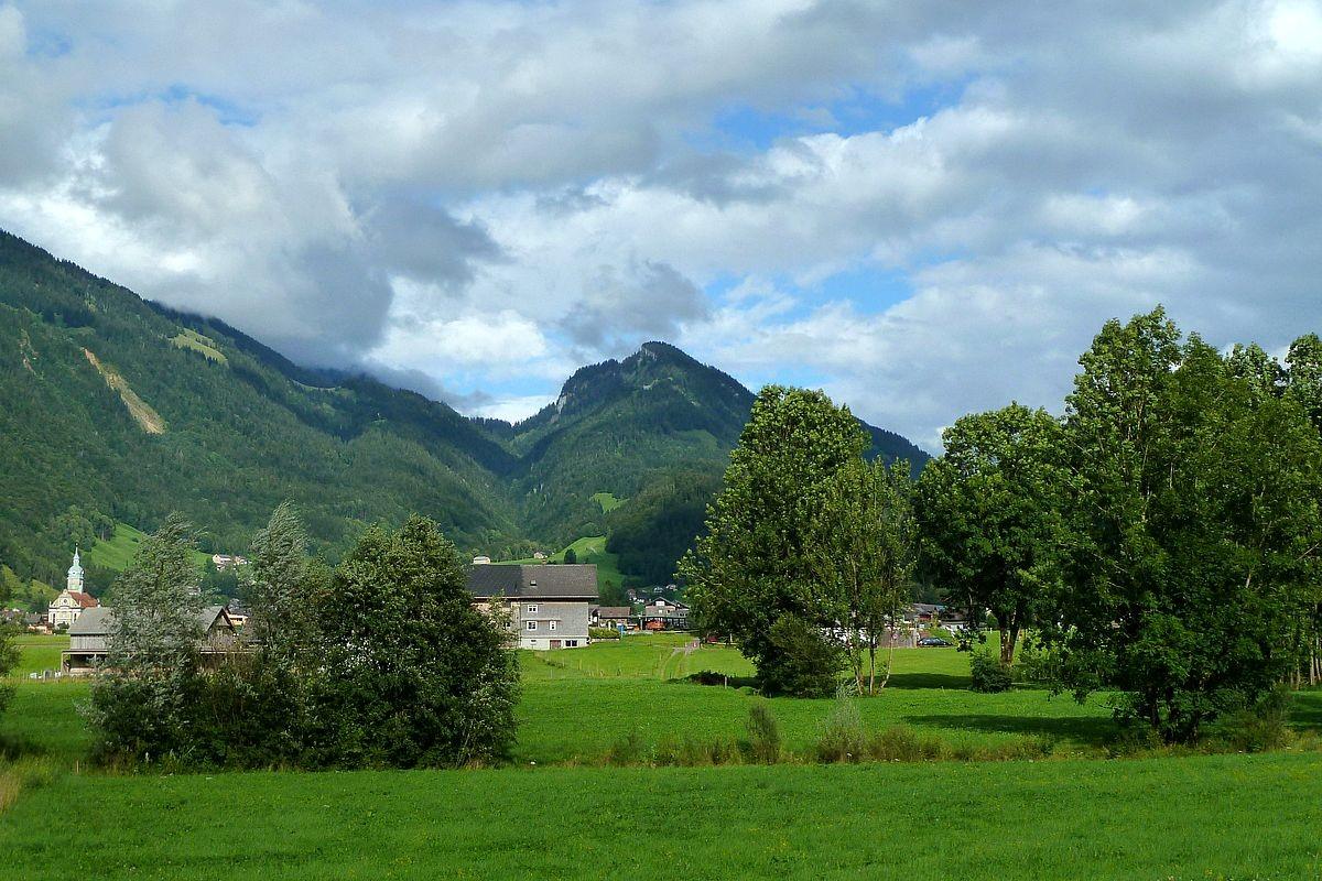 Bezau vom Sträßchen an der Bregenzerache zwischen Wilbinger und Campingplatz