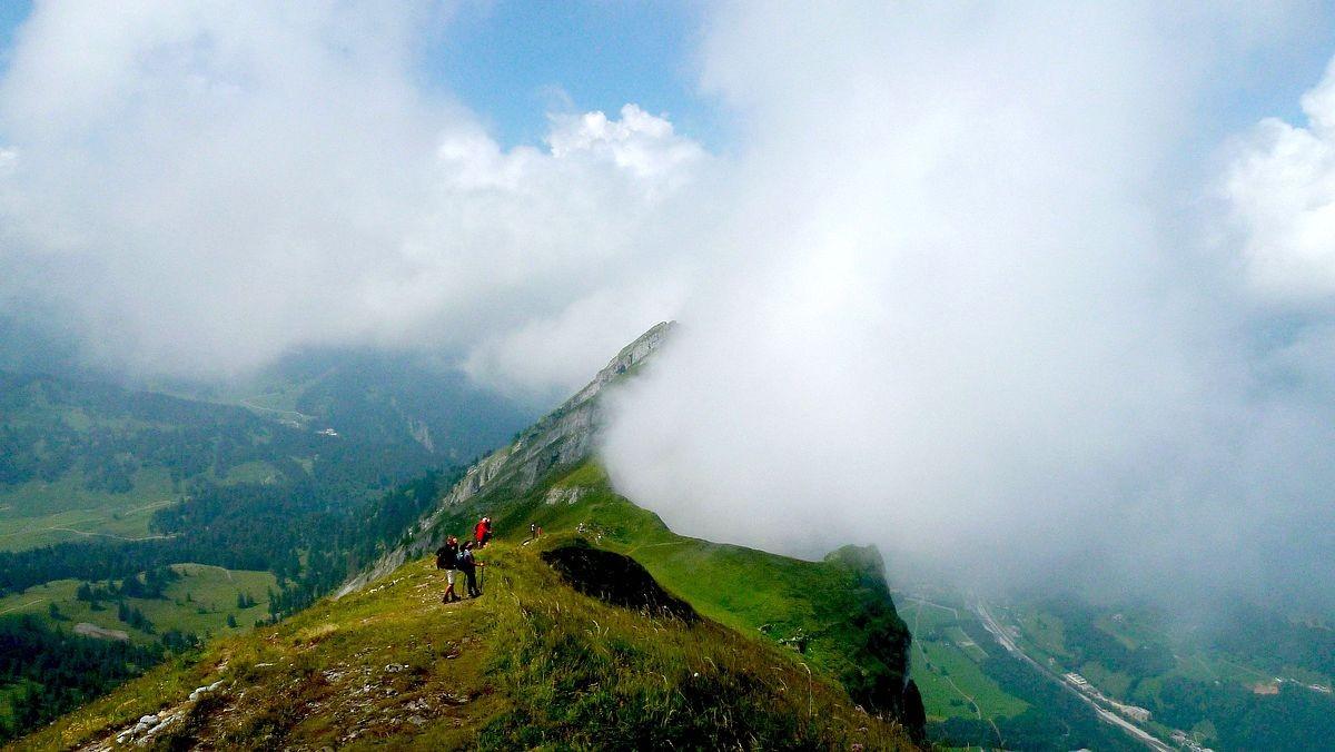 Die Wolke zwischen Felskanzel im Hählesattel und Hoher Stoss verwandelt  den Gipfel in einen dampfenden Vulkan.