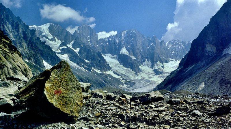 An manchen Stellen birgt das unter den Steinen verborgene Gletschereis die Gefahr des Ausgleitens und sich Verletzens durch die scharfkantigen Granitsteine.