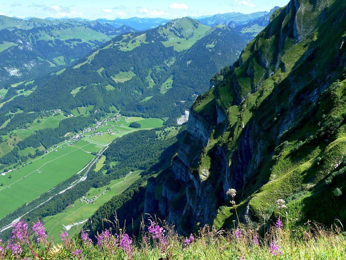 Blick vom Steiglein zur Felskanzel in die Nordflanke der Holenke und auf die Wirmsäule.