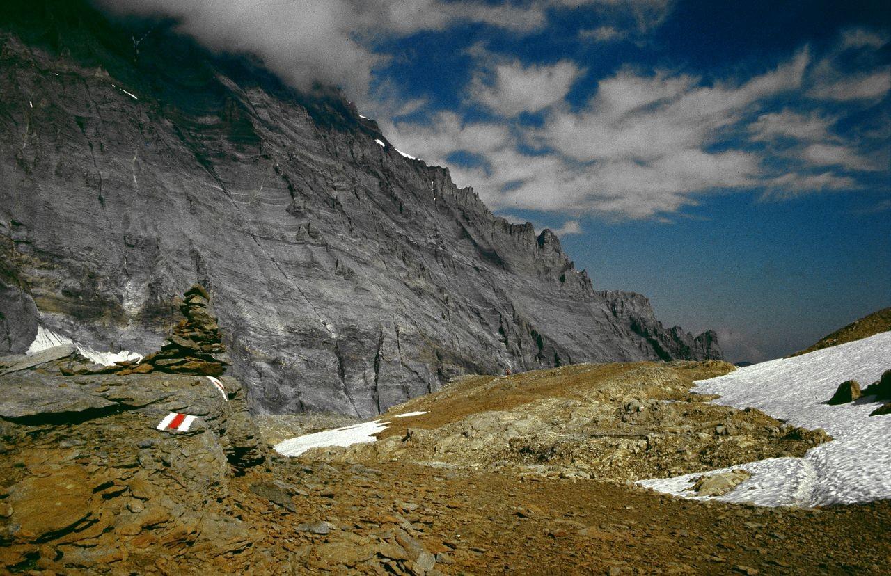 Hinter dem weitläufigen Lötschenpass die gewaltige Balmhorn-Ostflanke