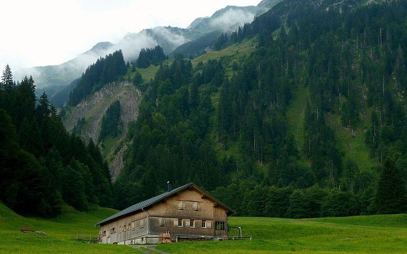 Alphütte in Hinterhopfreben gegen Heiterberg