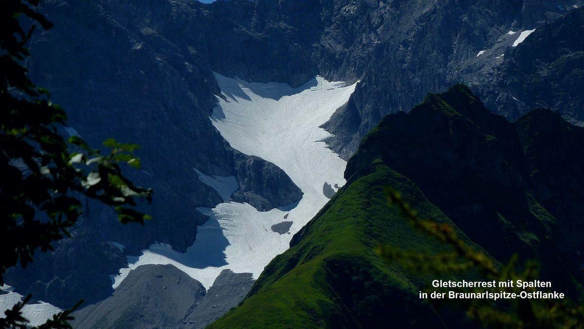 Teleaufnahme vom Gletscherrest in der Ostflanke der Braunarlspitze