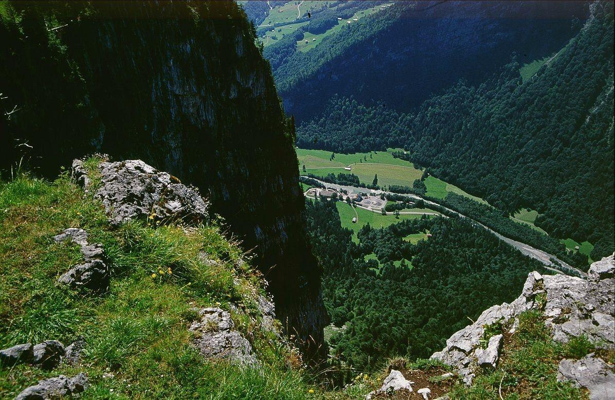 Blick vom Liegstein zum bis zu 600 m hohen Wandabbruch der Mittagsfluh und auf die Bregenzerache