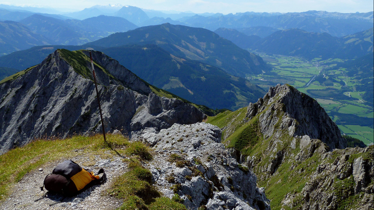 Am Gipfelrücken des Riffels großartige Aussicht zum Dachsteinmassiv