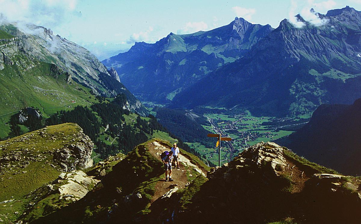 Blick auf Kandersteg vom Gratenrücken vor dem Gipfel des Gällihorns