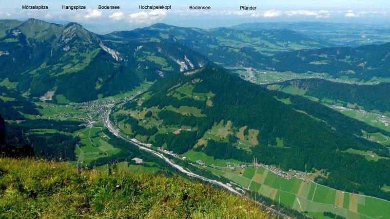 Blick vom Gipfel der Kanisfluh Richtung Mellau und Bodensee mit Mörzelspitze, Hangspitze, Hochälpelekopf und Gopfberg (rechts)