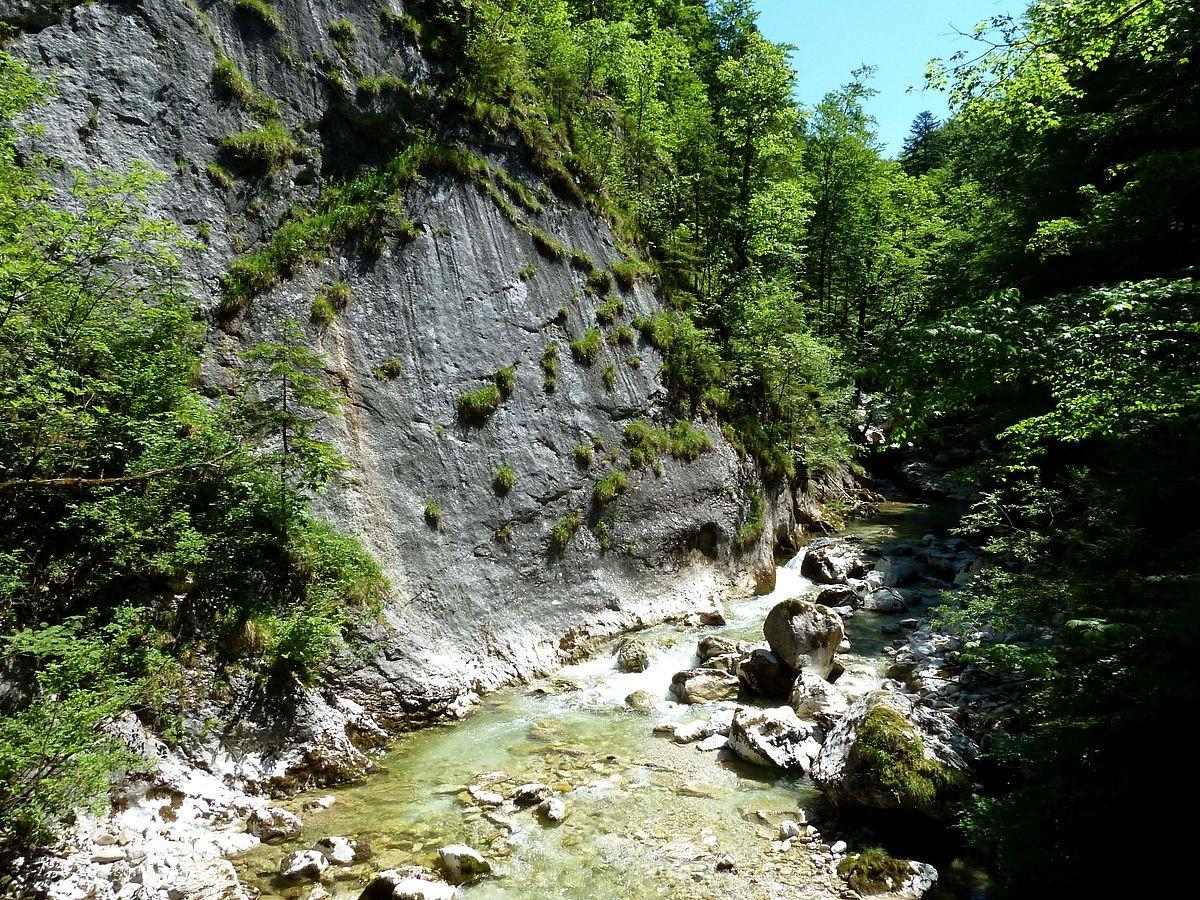 Station 31: Wasserspiele. Hinweise auf seichte Rillen in der Felsfläche, die vom rinnenden Wasser unter Beteiligung von Kohlensäure gebildet werden.