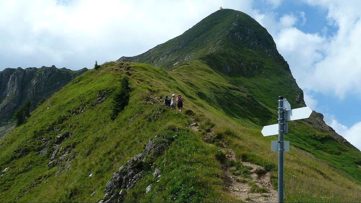 Der östliche Drahtseil gesicherte Steig zwischen Sattel und Glatthorn