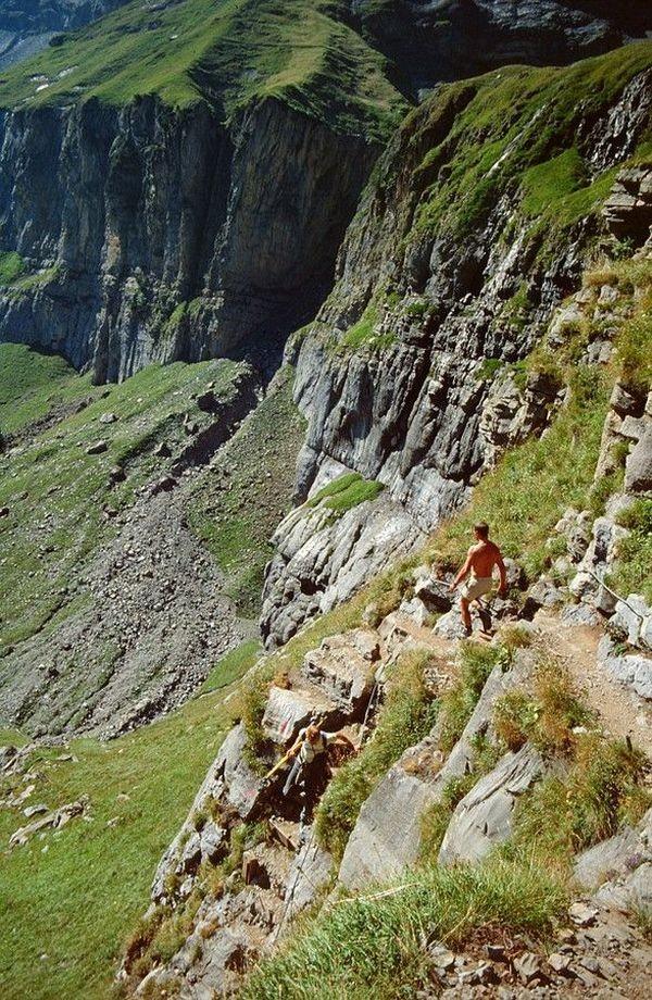Gut gestufter und gesicherter Steig durch die Felsschrofen zwischen Ober- und Unterbärgli.