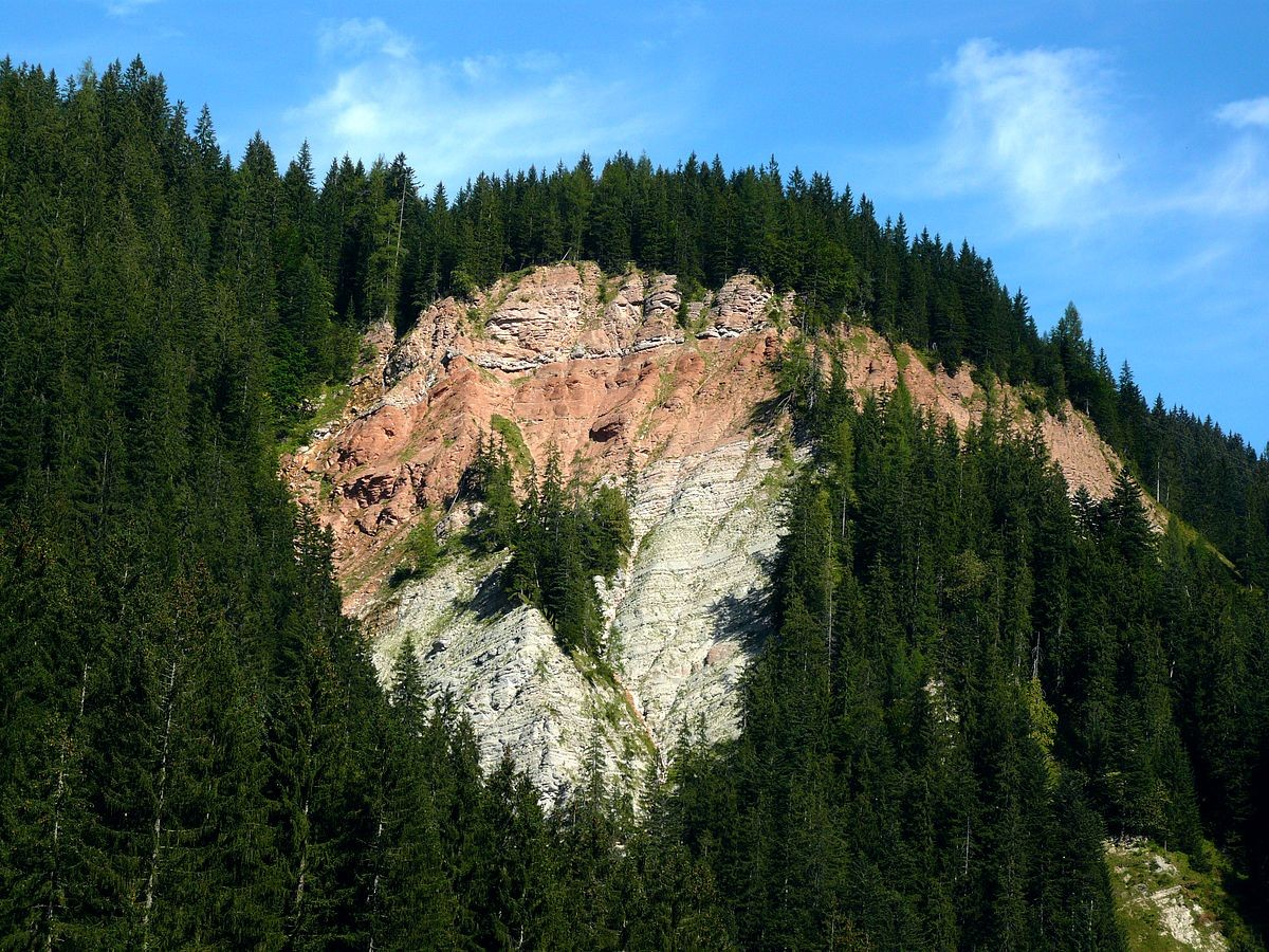 Rötliche Felsschicht nördlich des vorderen Gosausees