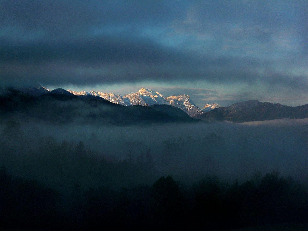 Totes Gebirge mit Gr. und Kl. Priel zwischen Nebenbänken in Molln am Morgen.