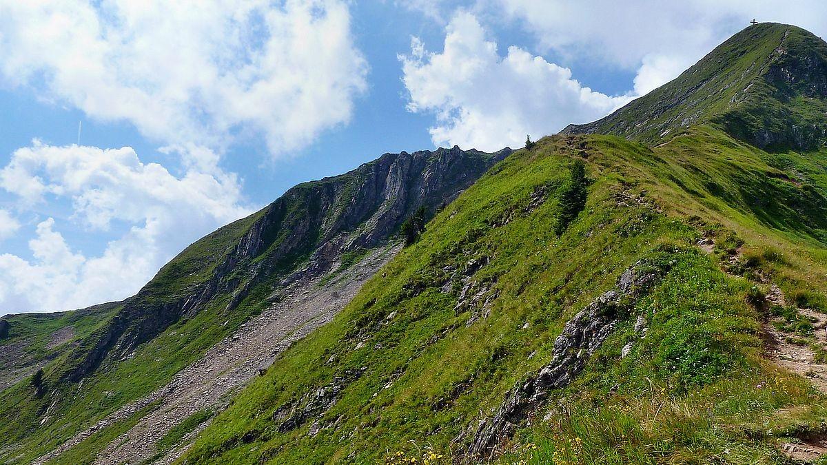 Der Drahtseil gesicherte Steig zum Gipfel des Glatthorns.