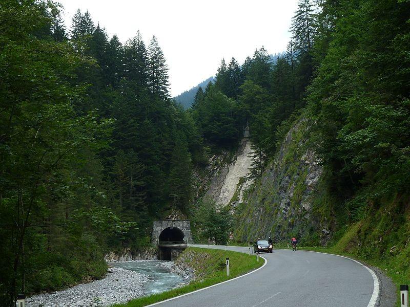 Der Schoppernauer Tunnel und die Bregenzerache von der Südseite. Der durchgehend markierte F. M. Felderweg folgt hier ein kurzes Stück der Straße.