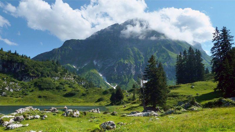 Rastbank am Körbersee. Blick auf Juppenspitze und Mohnenfluh, die teilweise durch Wolken verdeckt ist.