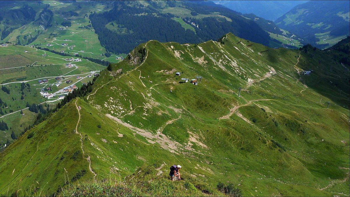 Oberhalb der Drahtseil versicherten Steilpassage Tiefblick auf den Kamm zum Hahnenkopf (Sessellliftstation)