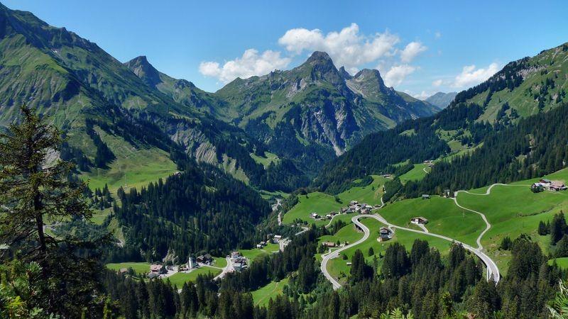 Die neue Trasse der Hochtannbergstraße ermöglicht im Winter die Auffahrt zum Skigebiet am Hochtannbergpass.  Die alte Hochtannbergstraße war früher im Winter gesperrt.