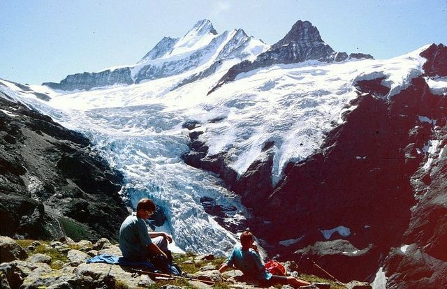 Platz oberhalb der Glecksteinhütte mit Sicht auf Schreckhörner und Eiger